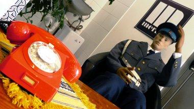 Rendőrbábú, lakkasztal, tárcsás telefon, a falon pedig – főként Jugoszláviából – menő hanglemezek
