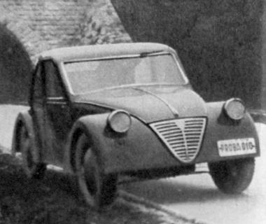 """A kis """"Pente 500"""" kocsi 1947. februárjában – Próba 010 – táblával indult útnak az akkoriban merészen modern vonalú, de még ma is elfogadható formájú kisautó. Mint prototípus 100 000 km-t járt be"""