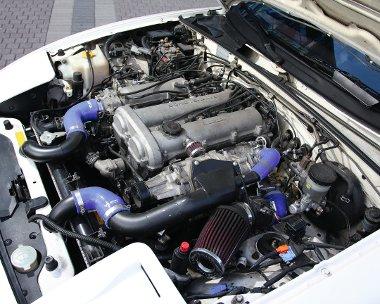 A motor bal oldalán helyezték el a kompresszort. A mintegy 200 lóerő szinte megvadítja az autót