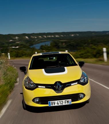 Látványosan megújult, és a méretnövekedés dacára le is fogyott a Clio. Stabil a futóműve, de kellemesen rugózik a kis francia