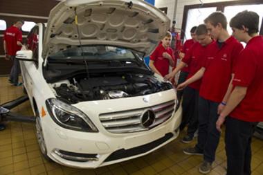 Az átadási ünnepségen részt vettek azok a tanulók is, akik a Mercedesnél töltik a gyakorlati időt