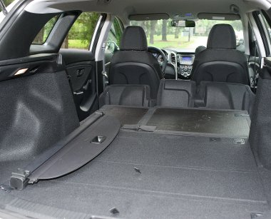 Ledöntött üléstámlákkal több mint 1,6 köbméternyi holmi fér a Hyundaiba