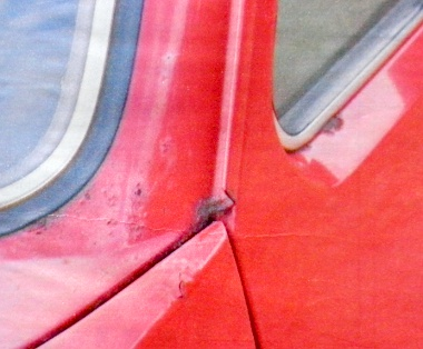 Alattomos rozsdafolt a szélvédősarok alatt. Az üveg és a műszerfal kiszerelése nélkül bajosan javítható