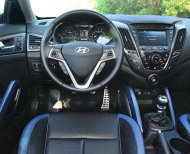 Kék-fekete betétek is választhatók a Turbo kivitelhez