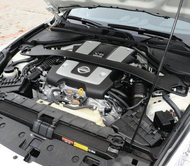 Teljesen kitölti a motorteret a 3,7-es V6-os aggregát