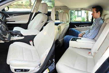 Igazi limuzin: hatalmas helykínálat, komfortos ülések, hátulról is vezérelhetjük a rádiót