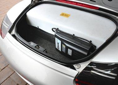 A hátsó csomagtartó nagy részét elfoglalja a lítium-ion-akku