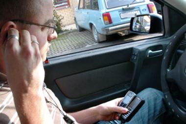 A vezetés közbeni telefonálást ma is szigorúan büntetik