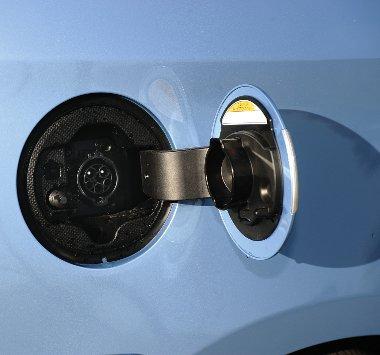"""A benzinsapka bowdenes, az """"áramablak"""" megnyomós nyitású"""
