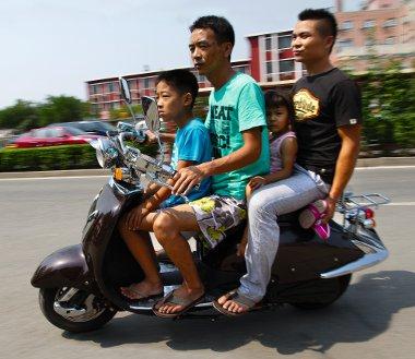 Se jogosítvány, se bukósisak nem kell a robogózáshoz, és a szállítható személyek száma is szabadon választható. Évente kb. 60 ezren halnak meg az utakon