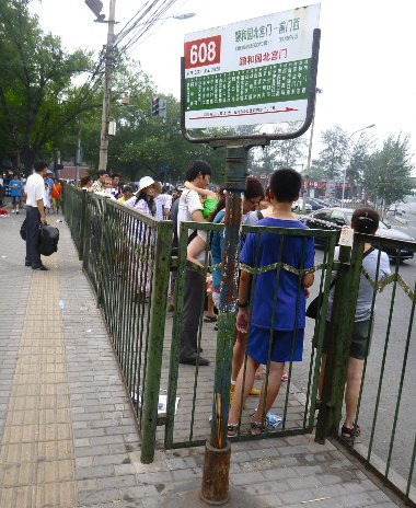 A tülekedést elkerülendő számos buszmegálló kapott kerítést. Nyelvtudás nélkül igen nehéz eligazodni