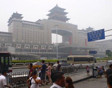 Naponta 400 ezer ember is megfordul az 500 000 m2-es pekingi nyugati pályaudvaron. Az épület 1996-ban készült el, 750 millió dollárból