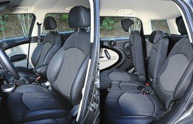 Sportosnak látszó, de szerény oldaltartású ülések, jól variálható a hátsó üléssor