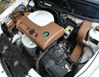 Az 1,6-os négyhengerest rejtő motortér színvilága azonos a külsőével