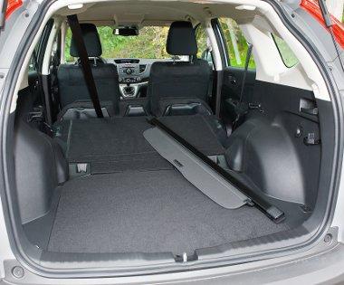 Az oldalt elhelyezett fülekkel hajtható le az osztott hátsó ülés. A padlóbélés alatt szükségpótkerék lapul