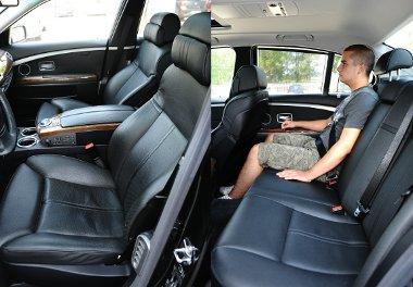Kényelmes fotelek, a hátsó fejtámaszok is elektromosan állíthatók