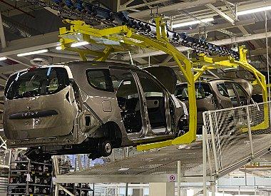 Futószalag helyett függesztve haladnak a készülő autók. A beszállítóktól érkező alkatrészek 40%-át gyártják marokkói vállalkozások