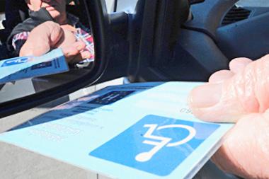 Sokan egészségügyi okok miatt valóban jogosultak a parkolási kártyára (fotó: Laufer L.)