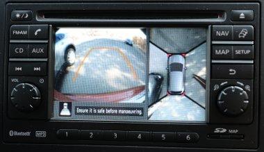 Négy kamera (elöl, hátul és a tükörházak alján) állítja össze a felülnézeti képet