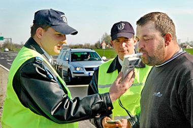 Egyre nagyobb kockázatot vállal az, aki alkohol fogyasztása után rögtön az autóba ül. Aki tisztán vezet, az nyugodtan fújhatja a szondát (fotó: AS)
