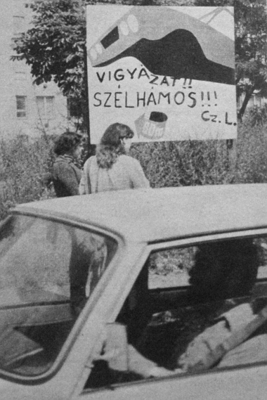 Egy budapesti autójavító hirdetőtáblájára (a nevét és címét diszkréten letakartuk) ezt festette egy hálás ügyfele