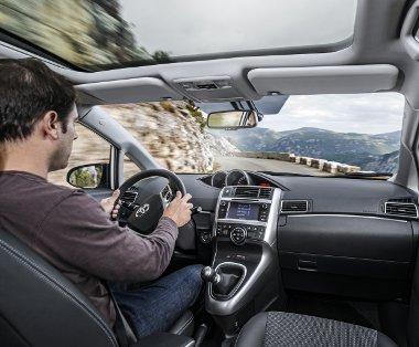 Hatalmas üvegtető is rendelhető – nem is vészes a felár, 220 000 Ft. A váltókonzol jobb oldalán van az audiobemenet, de nincs útban az utas lába