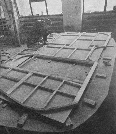 A furnérból készült oldalfalra erősítik a kész fakeretet, majd tapétázás következik