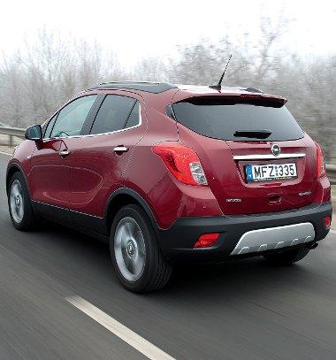 Magas építésmód, fényezetlen alsó elemek és haspáncélutánzat: a kis Opel mokány, divatos hobbiterepesnek látszik