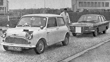 BLMC Mini Automatic és a Ford Cortina a próbapályán. A Cortina elejére szerelt dobozban van az automatikusan irányító radarkészülék