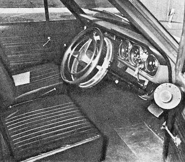 Automatikusan vezérelt kormányszerkezet a Ford Cortinában. A kocsi irányítására vonatkozó parancsokat ebben az esetben az ajtó oldalfalán látható kis tárcsába rejtett szerkezet továbbítja
