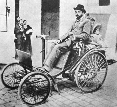 """Egy családi fénykép megörökítette Hatschek Bélát és a kis, 3 lóerős """"Velo"""" kocsit, amely 75 évvel ezelőtt jelent meg Pest utcáin"""
