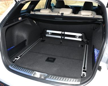 Kényelmesen pakolható és egyszerűen bővíthető a tágas csomagtér