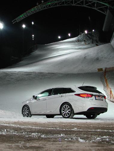 Több sportág mellett a síelést is támogatja a Hyundai: itt a schladmingi sívilágbajnokság helyszínén parkolunk