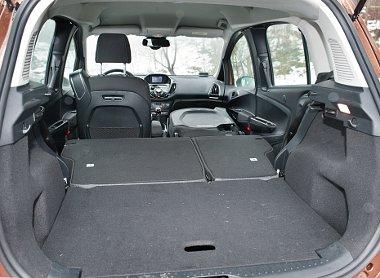 Alaphelyzetben csupán 318 literes a hátsó, a jobb első ülés is dönthető, ilyenkor akár 2,35 méteres tárgyak is beférnek az autóba