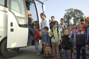 A gyermekszállító buszokat immár tilos kikerülni és elhaladni mellettük, amíg a le- és felszállás után a jármű el nem indul. Fő a gyerekek biztonsága (képünk illusztráció)