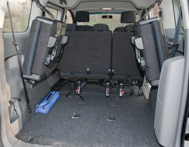 Rontják a rakodhatóságot a felhajtott hátsó ülések, a hevederes rögzítés primitív megoldás