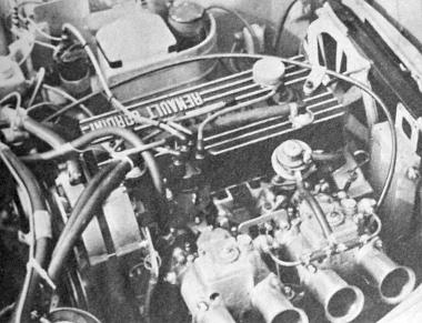 Bizony, szép szerkezet egy ilyen Renault Gordini motor a duplatorkú két porlasztójával. Tessék csak megnézni a hűtő mögé szerelt külön olajhűtőt és mellette a ventilátort, amelyet a lóerő-megtakarítás végett külön villanymotor forgat