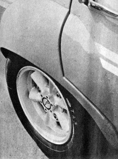 A kocsiszekrény ilyen méretű kitüremlésére volt szükség, hogy a szélesebb elektronabroncsra húzott szuperballon gumi elférjen