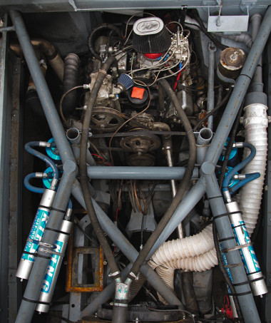 Hála a szinte teljesen nyitott kipufogórendszernek, brutális hangja van a ruszki V8-asnak
