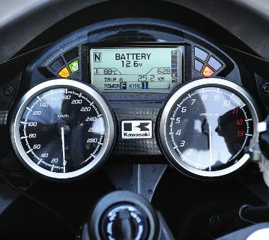 A műszerfal informatív és igényes, az LCD-kijelzőn a fedélzeti számítógép adatai tűnnek fel