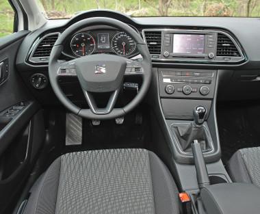 Egyszerű, letisztult és logikus a Seat pultja, az összeszerelési minőség fikarcnyival sem rosszabb, mint egy géntestvér Audi A3-asé