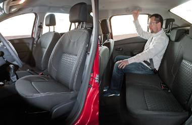 Az ülőlapok lehetnének hosszabbak, de a kényelem rendben van. A láb- és a fejtér bőséges, ám szélességével a kisautókat idézi a Dacia