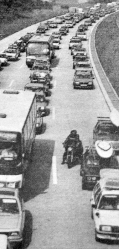 """Az NSZK autópályáin, amikor a végeláthatatlan dugók képződnek, úgy állnak sorban az autók, hogy helyed adjanak a száguldó mentőautónak. Ezt a sávot """"mentő utcának"""" nevezik"""