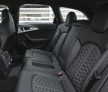 Az RS sportülések kényelmes darabok, csak az integrált fejtámaszokat túlságosan előrebillentették, ami zavaró lehet. Szériában kétszemélyes a hátsó sor