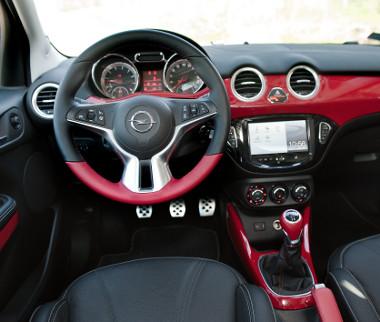 Tetszetős a műszerfal, kevés elem ismerős más Opelekből