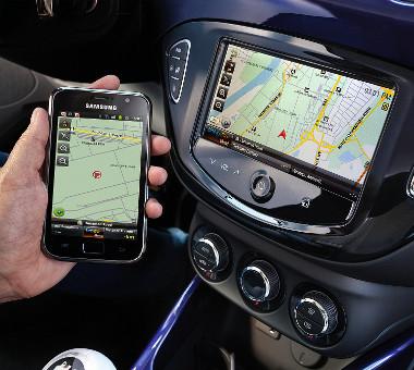 Az Intellilink egység átveheti az okostelefontól a navigáció feladatát, de megjeleníti a fotókat, videókat és lejátssza a zenefájlokat is