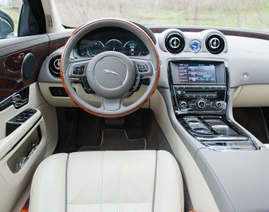 Itt is látszik, a formatervezésben saját útját járja a Jaguar