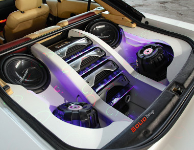 A zenei részleg a kocsi csomagtartójában lelt otthonra. Lézereffektek és spéci megvilágítás is járnak a fejlett hanghatáshoz