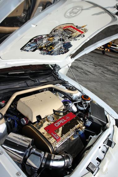 A motor igazi show-ruhába öltözött: aranyozás, krómozás, bőrözés a patyolatmotortérben. A toronymerevítő sem maradt ki!