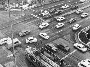 Ha nem tudnánk, ki sem találnánk, hogy ebben a kereszteződésben forgalomirányító készülék szabályozza a közlekedést
